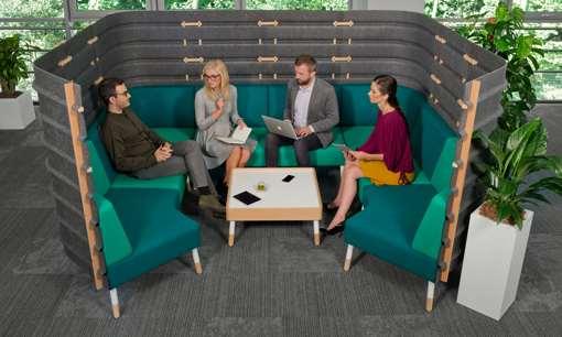 Büromitarbeiter beim Smalltalk